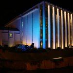 Fotografia - gmach WBO oświetlony na niebiesko podczas Nocy Kultury