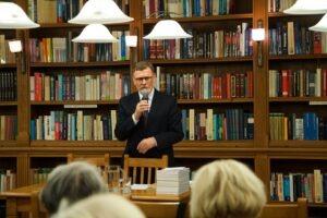 Spotkanie prowadził Andrzej Zdunek – Prezes Towarzystwa Biblioteki Publicznej im. Hieronima Łopacińskiego