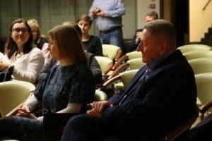 Tadeusz Sławecki – Dyrektor Wojewódzkiej Biblioteki Publicznej im. H. Łopacińskiego i Jolanta Tabor– żona Artysty