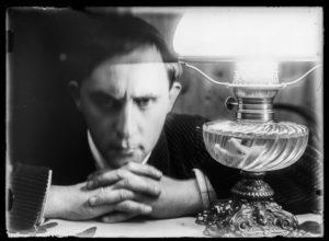 Stanisław Ignacy Witkiewicz, Kolaps przy lampie, autoportret, Zakopane, ok. 1913, negatyw szklany 13 x 18 cm; ze zbiorów Muzeum Tatrzańskiego w Zakopanem