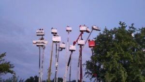 Kibice w Lublinie dopingujący swoich żużlowców z wynajętch podnośników koszowych (tzw. podniebny sektor), fot. Mariusz Olejarczyk
