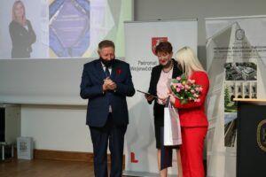 Okolicznościowy dyplom oraz kwiaty wręczyli laureatce dyrektor WBP im. H. Łopacińskiego Tadeusz Sławecki i Joanna Chapska przewodnicząca Zarządu Okręgu Stowarzyszenia Bibliotekarzy Polskich w Lublinie organizatora konkursu